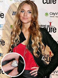 Lindsay Lohan Wears a Ring – But Not The Ring