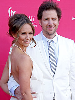Jennifer Love Hewitt Steps Out with Jamie Kennedy