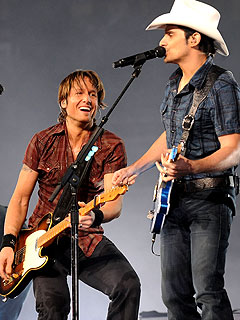 Brad Paisley Gives Keith Urban a Tweet Tweaking