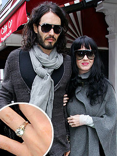 PHOTO: Katy Perry Flashes Her Engagement Ring