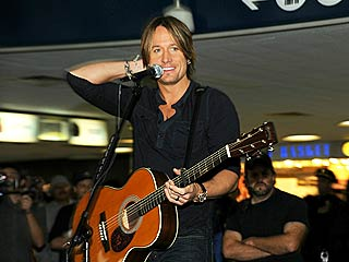 Keith Urban Performs a Surprise Concert &#8211; In a Train Station