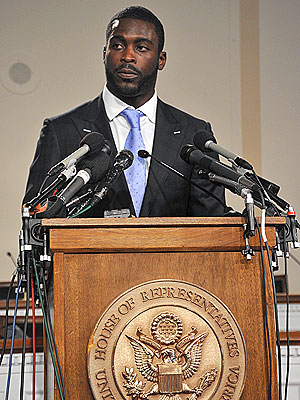 Michael Vick Supports Anti-Dogfighting Measure
