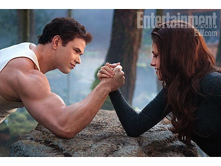 Breaking Dawn 2 Photo: Kristen Stewart and Kellan Lutz Arm Wrestle