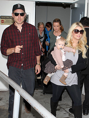 Jessica Simpson Pregnant? She Lands in L.A. Amid Speculation: Photo