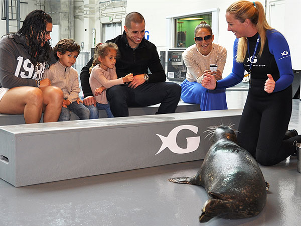 Jennifer Lopez, Casper Smart at Georgia Aquarium
