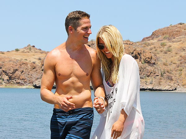 Lauren Scruggs Holds Hands with E! News Host Jason Kennedy in Mexico