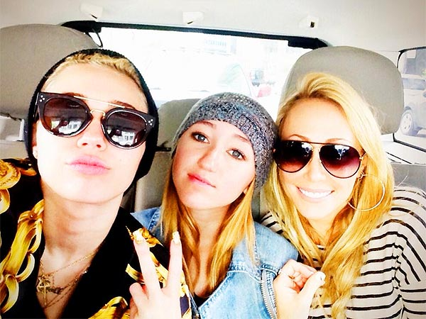 Miley Cyrus Tweets Family Photo After Parents' Divorce