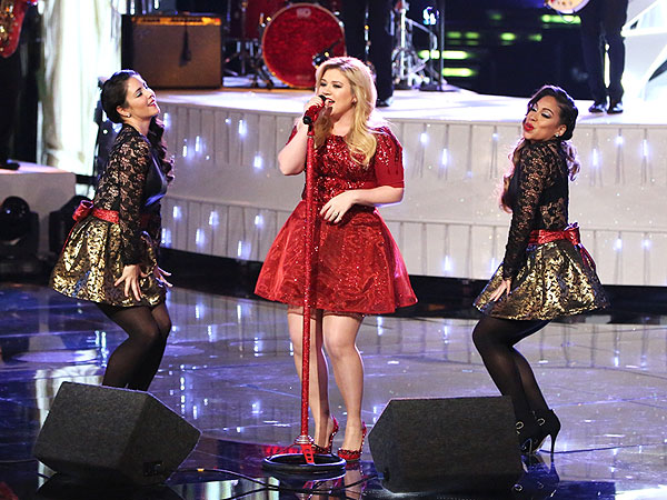 Kelly Clarkson Pregnant - Performs on The Voice Despite Feeling Ill