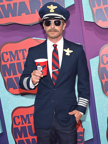 CMT Awards 2014: Dierks Bentley Dresses as a Pilot - Photo