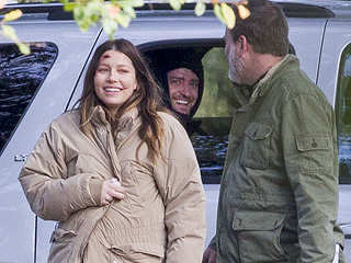 Justin Timberlake Visits Pregnant Jessica Biel on Set (PHOTO)