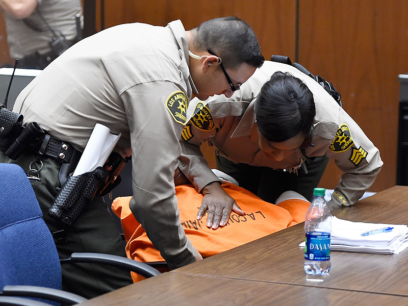 Suge Knight Collapses in Court, Bail Set at $25 Million