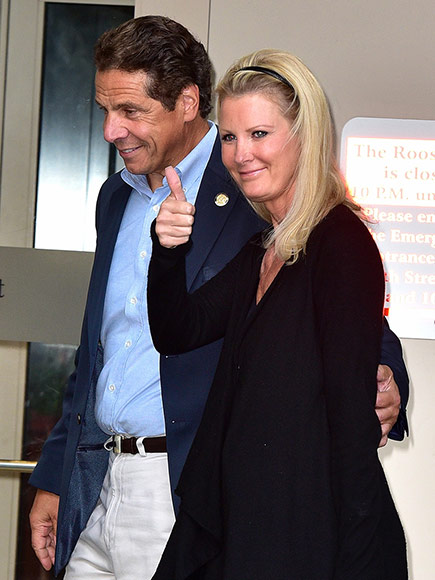 Sandra Lee Gives Thumbs-Up as She Leaves Hospital One Day After Surgery