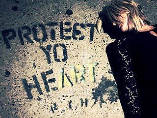 Advice from a Dirty Sidewalk: Miranda Lambert Poses with 'Protect Yo Heart' Graffiti in N.Y.C.