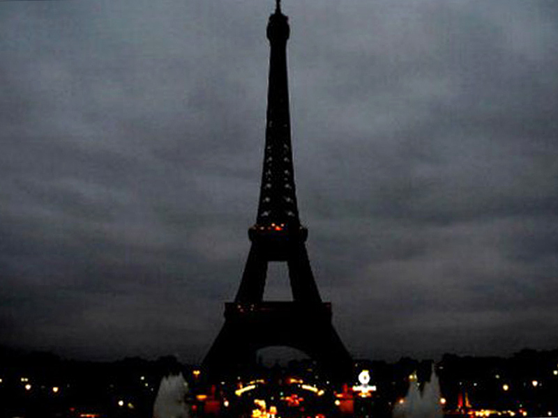 paris turns off its lights as eiffel tower goes dark in memory of terror victims as n y c. Black Bedroom Furniture Sets. Home Design Ideas