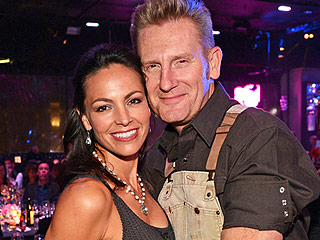 VIDEO: Joey Feek 'Can No Longer Get Out of Bed,' But Insists She Will 'Beat' Cancer, Writes Her Husband