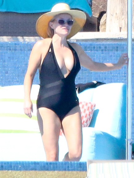 Reese Witherspoon Flaunts Toned Figure During Mexico 'Girls Trip'
