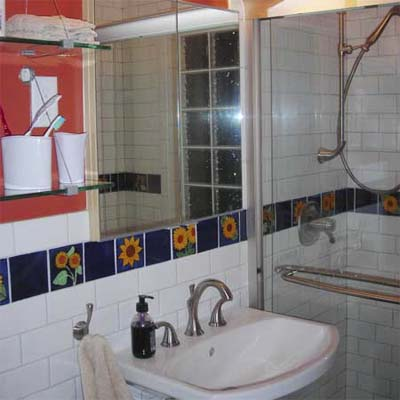 bathroom with flower tile trim
