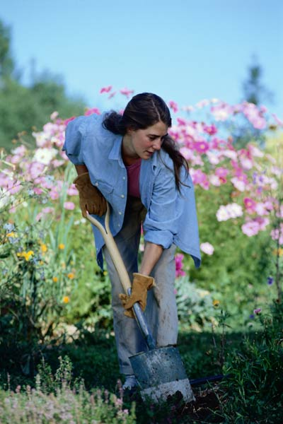 DIY calorie burners woman digging a garden bed