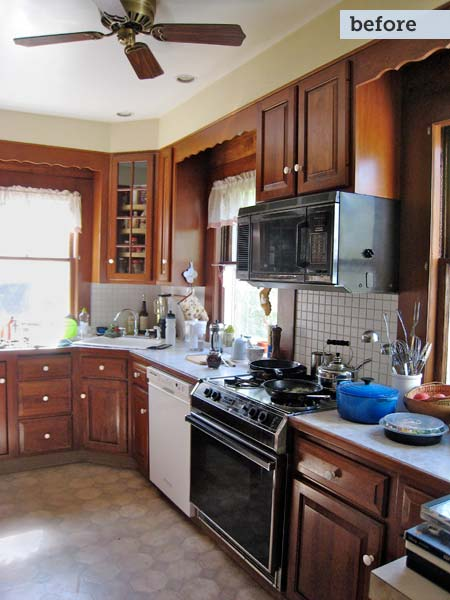 cramped kitchen before the remodel of this family-friendly small kitchen
